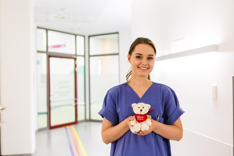 Eine Pflegefachkraft der Notaufnahme hält einen Teddy in der Notfallklinik des Klinikums Ingolstadt