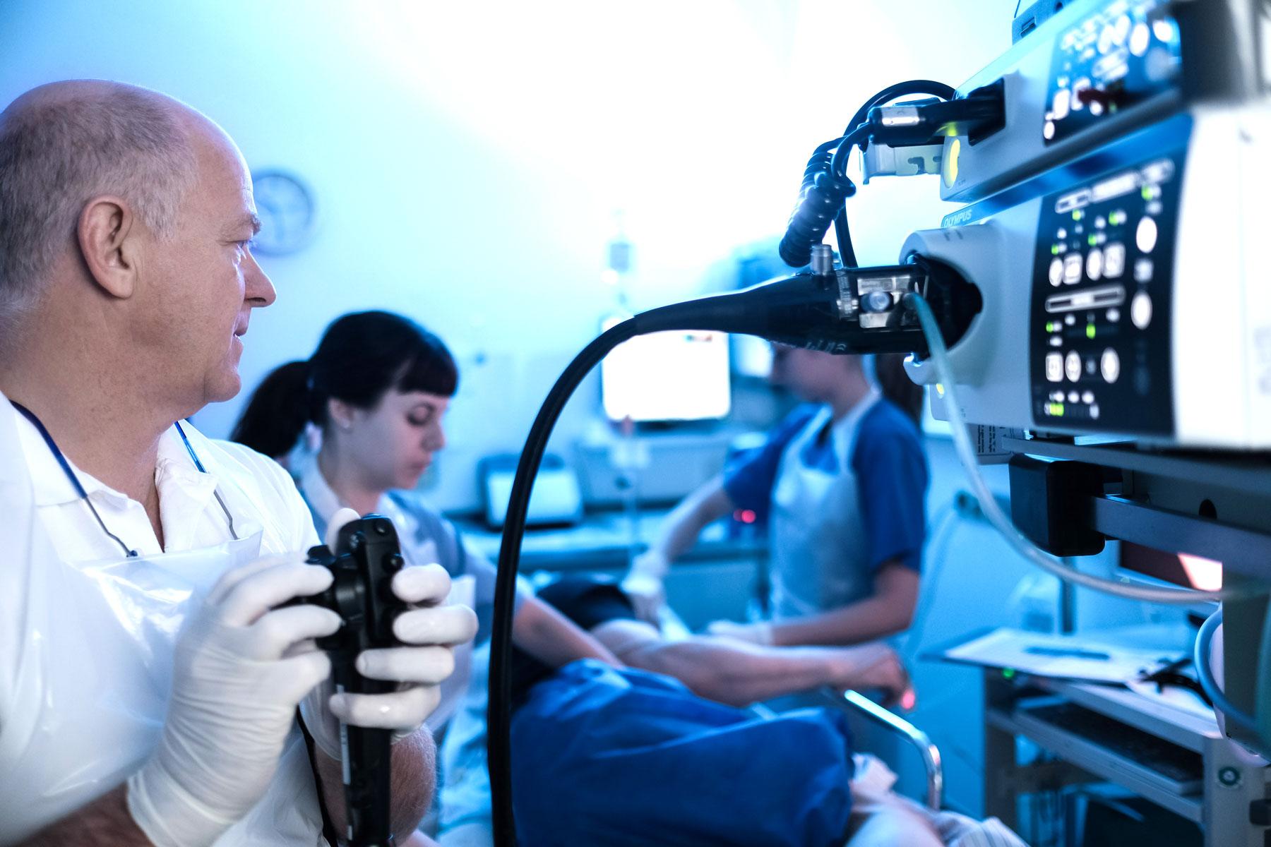 Chefarzt Prof. Dr. Josef Menzel bei einer Endoskopie im Klinikum Ingolstadt