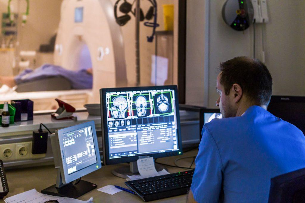 Ein Arzt betrachtet das CT-Bild eines Patienten
