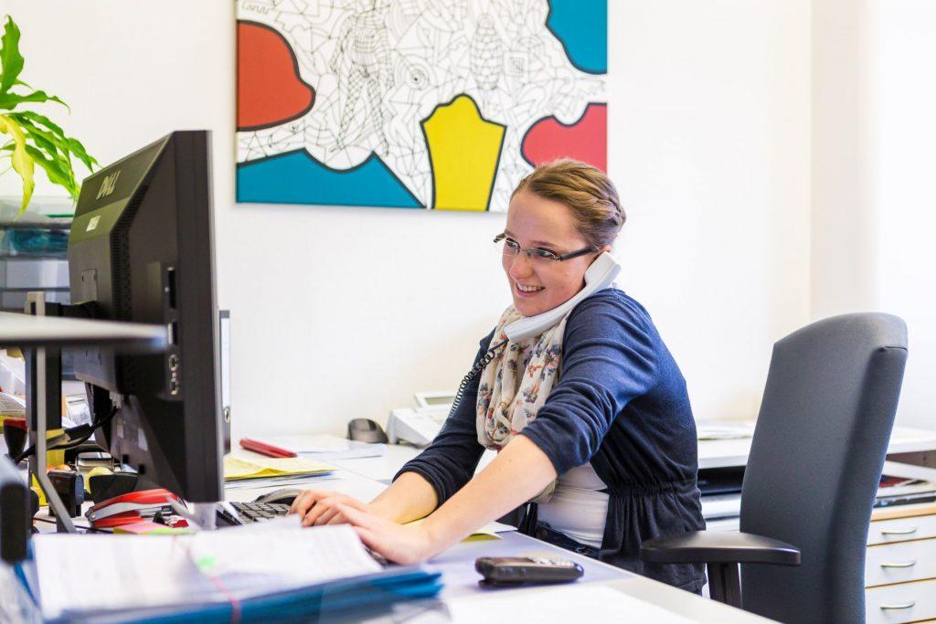 Eine Sekretärin am Telefon im Klinikum Ingolstadt