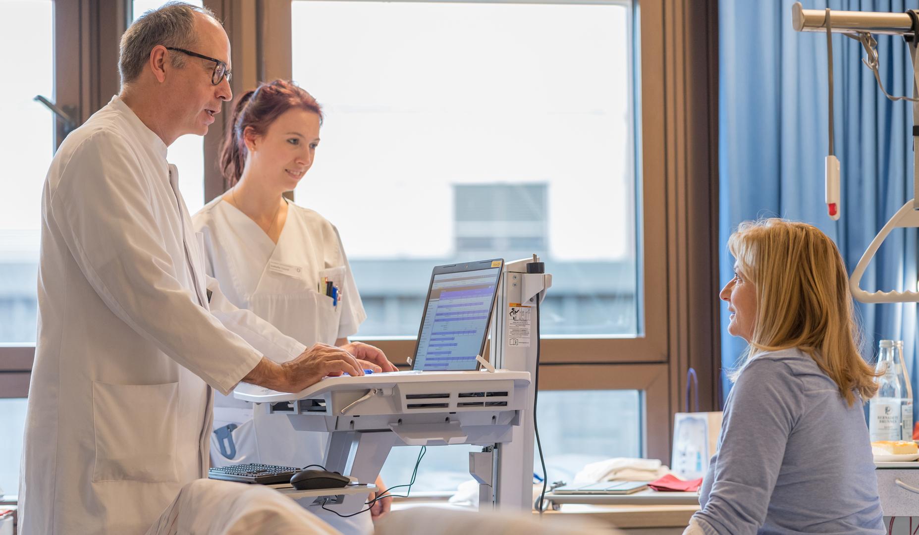 Der Chefarzt Prof. Dr. Andreas Manseck im Gespräch mit einer Patientin