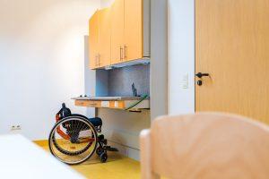 Elektrisch verstellbare Küchenzeile zur Erprobung einer selbständigen Lebensführung
