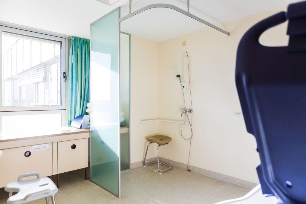 Behindertengerechte Dusche im Therapiebad für das Alltagstraining