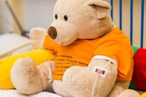 Ein Bild eines großen Teddybärs mit Infusionsnadel