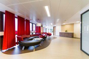 Der Wartebereich der Komfortstation im Klinikum Ingolstadt ist hell und freundlich gestaltet.