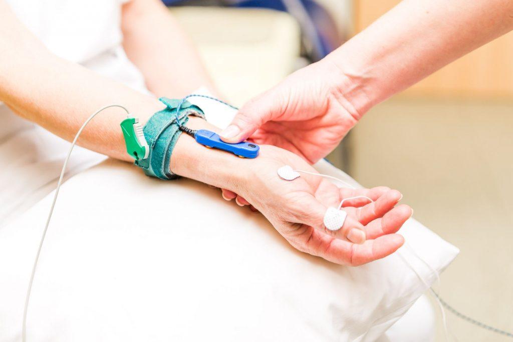 Messung der Nervenleitgeschwindigkeit bei einer Patientin der Klinik für Neurologie im Klinikum Ingolstadt