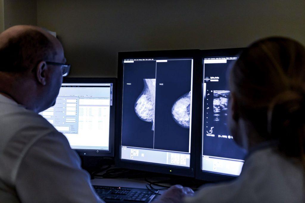 Ein Radiologie untersucht ein Röntgenbild einer weiblichen Brust auf Erkrankungen.