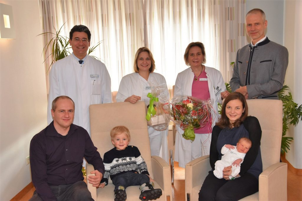 Geschenkübergabe an die Eltern des 2.500 Babys 2017 im Klinikum Ingolstadt