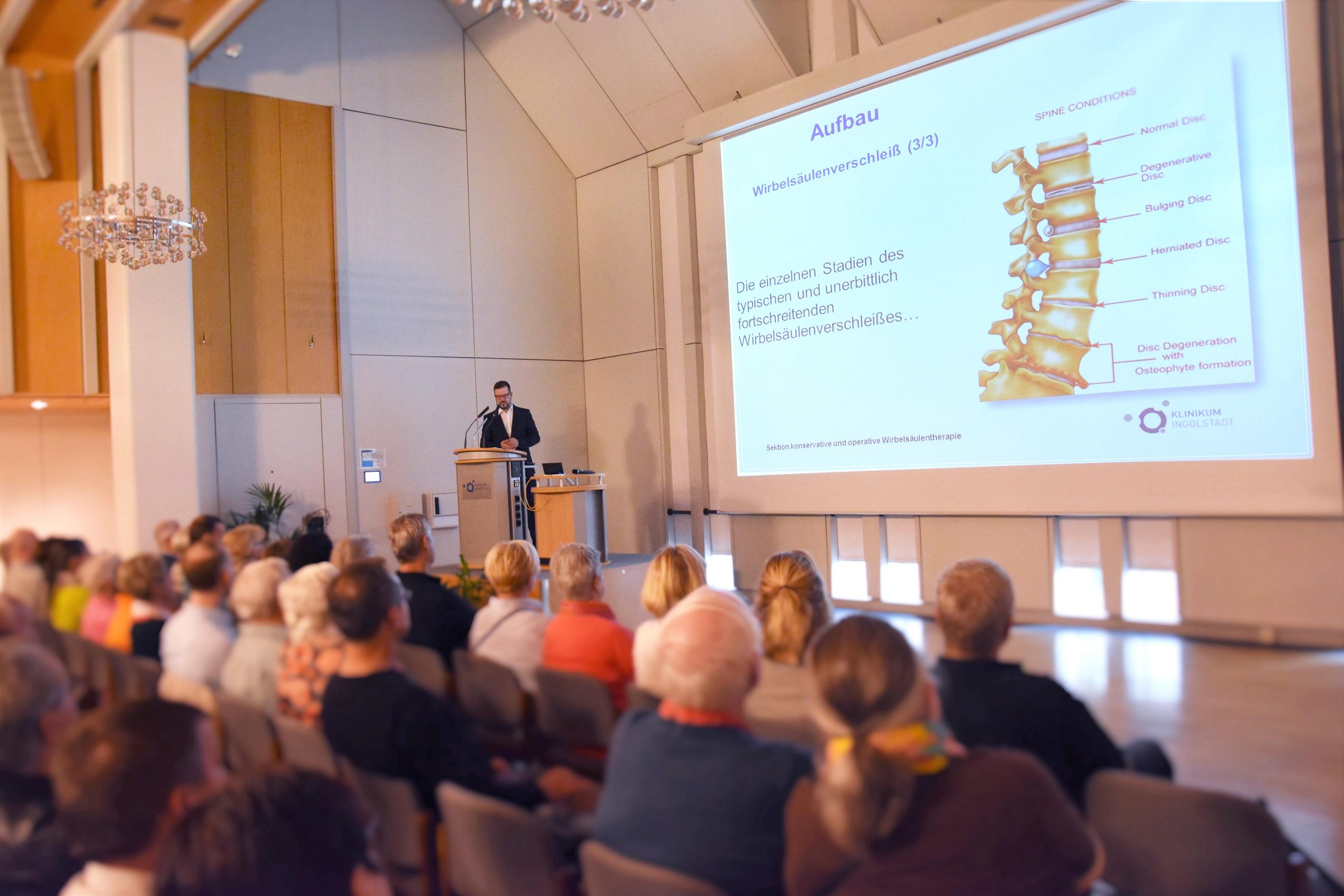 Dr. Robert Morrison bei einem Vortrag im Klinikum Ingolstadt