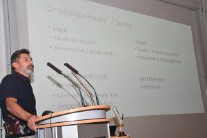 Kriminaloberkommissar Ralf Münzner bei einem Vortrag am Klinikum Ingolstadt