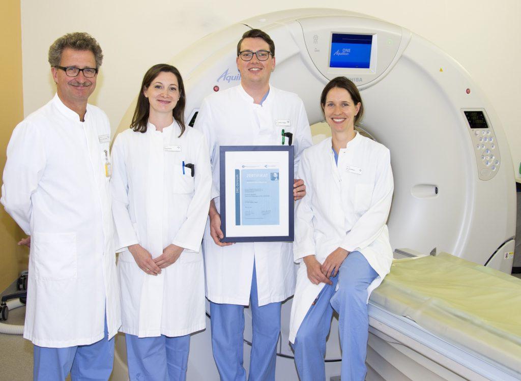 Das verantwortliche Team des Zentrums für Radiologie und Neuroradiologie mit dem Zertifikat – Prof. Dr. Dierk Vorwerk, Dr. Katja Glenz, Dr. Steffen Ziegler und Dr. Lisa Bauer.