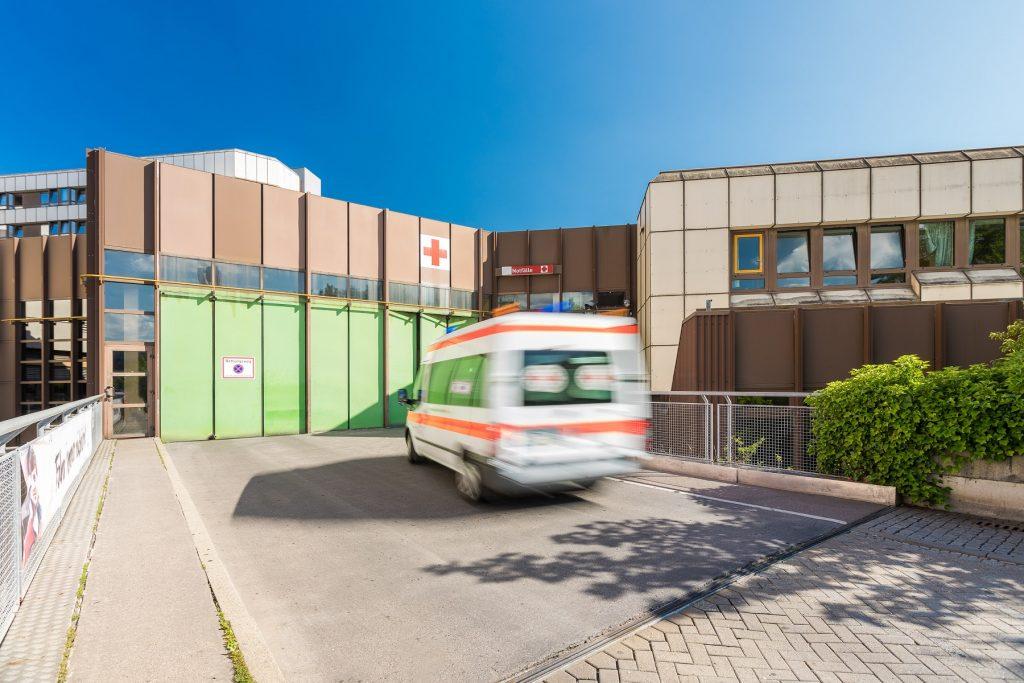 Anfahrt eines Rettungswagens zum Notfallzentrum im Klinikum Ingolstadt