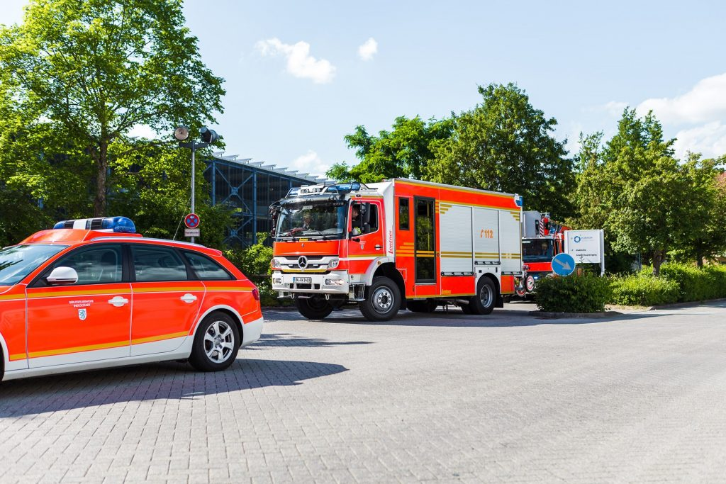 Feuerwehr und Notarzt in der Einfahrt des Klinikums