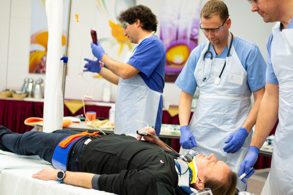 Drei Ärzte bei der Vorbereitung auf den European Trauma Course