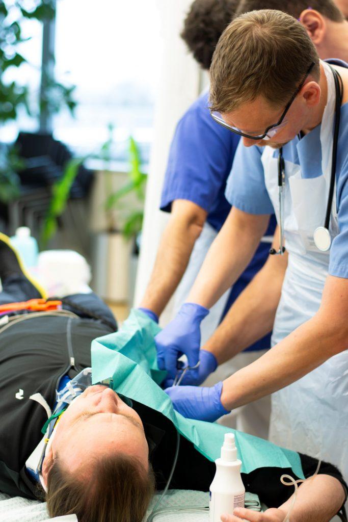 Ein Notarzt zeigt wie eine Thoraxdrainage gelegt wird