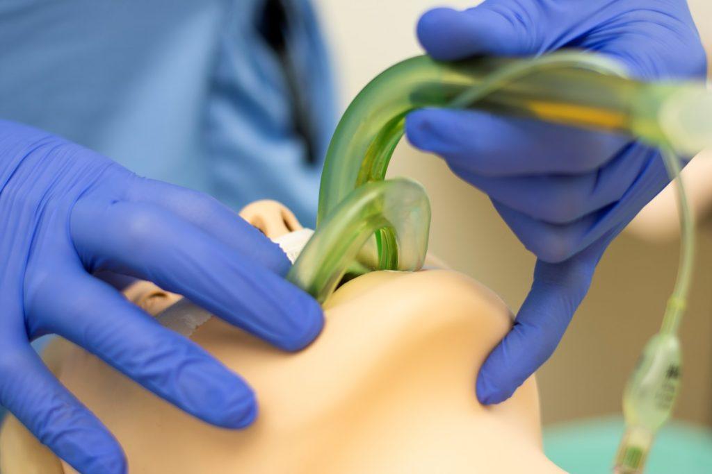 Intubation an einer Puppe