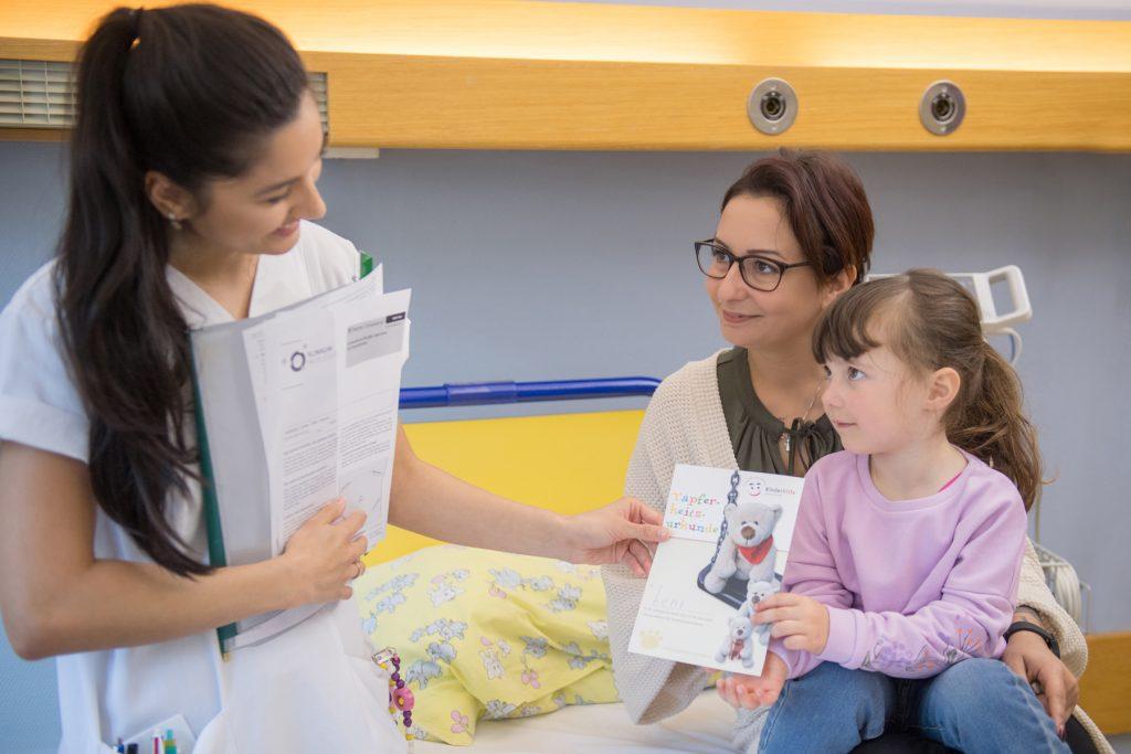 Einen Pflegekraft mit einem Mädchen und deren Mutter