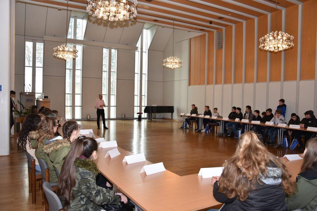 Erich Göllner, Pflegedirektor im Klinikum, begrüßte die 41 Schülerinnen und Schüler.