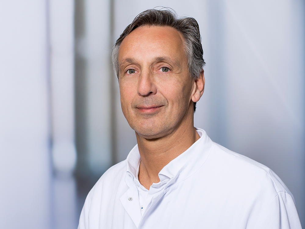 Dr. Jörg Scherer, Oberarzt des Zentrums für Orthopädie und Unfallchirurgie im Klinikum Ingolstadt