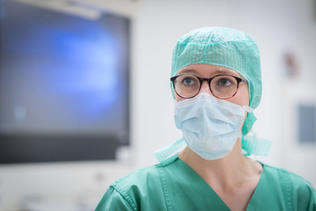 Eine Operationstechnische Assistentin konzentriert sich auf ihre Arbeit