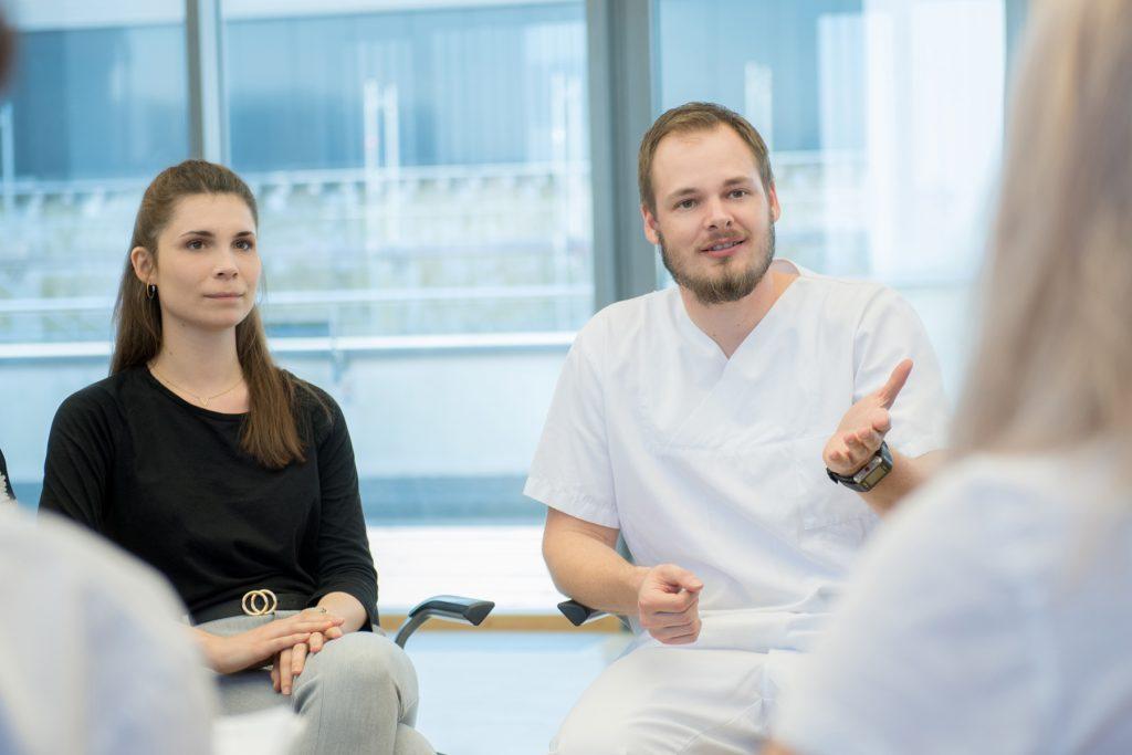 Pflegekräfte diskutieren in einer Gesprächsrunde
