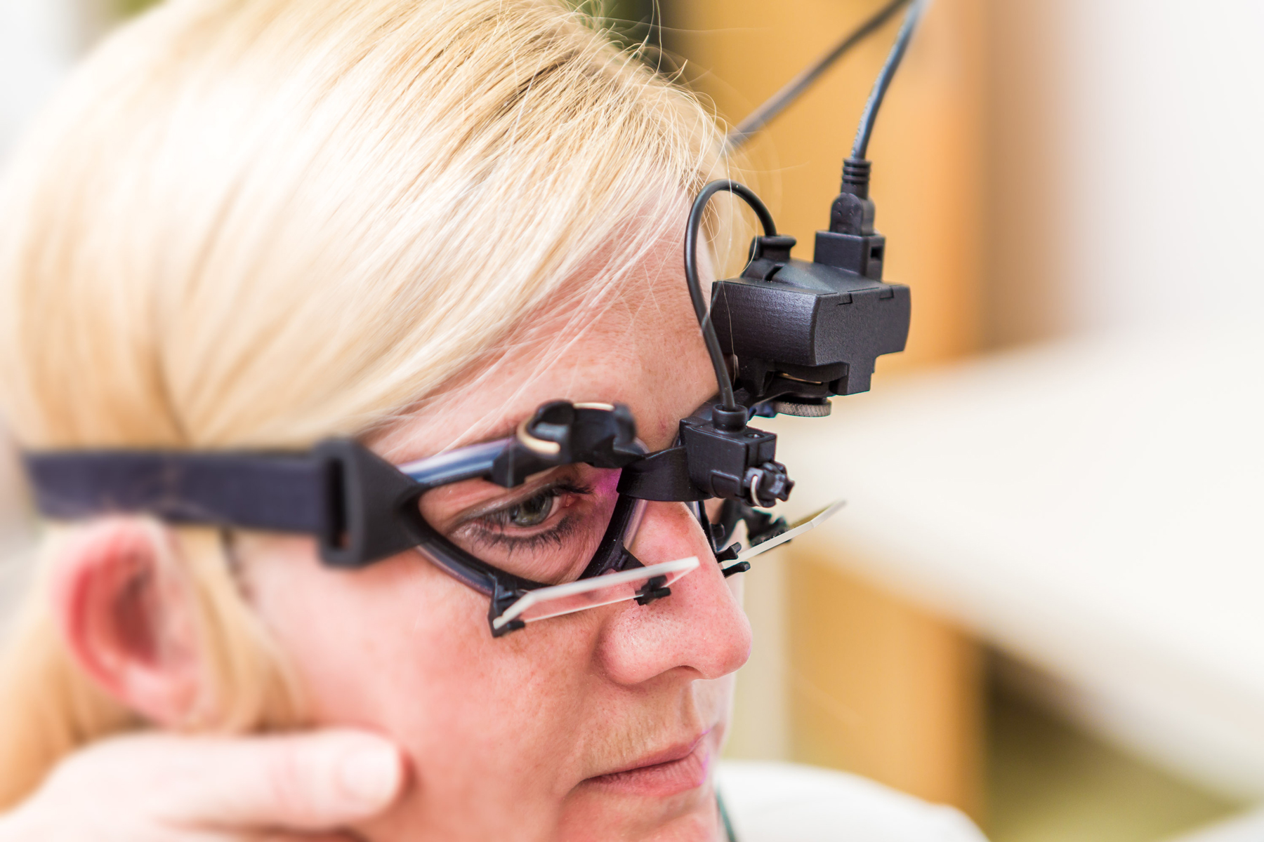 Bei der Videookulographie wird die Beweglichkeit der Augen getestet.