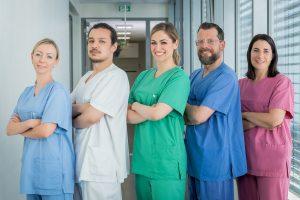 Ein Team aus verschiedenen Pflegebereichen im Klinikum Ingolstadt