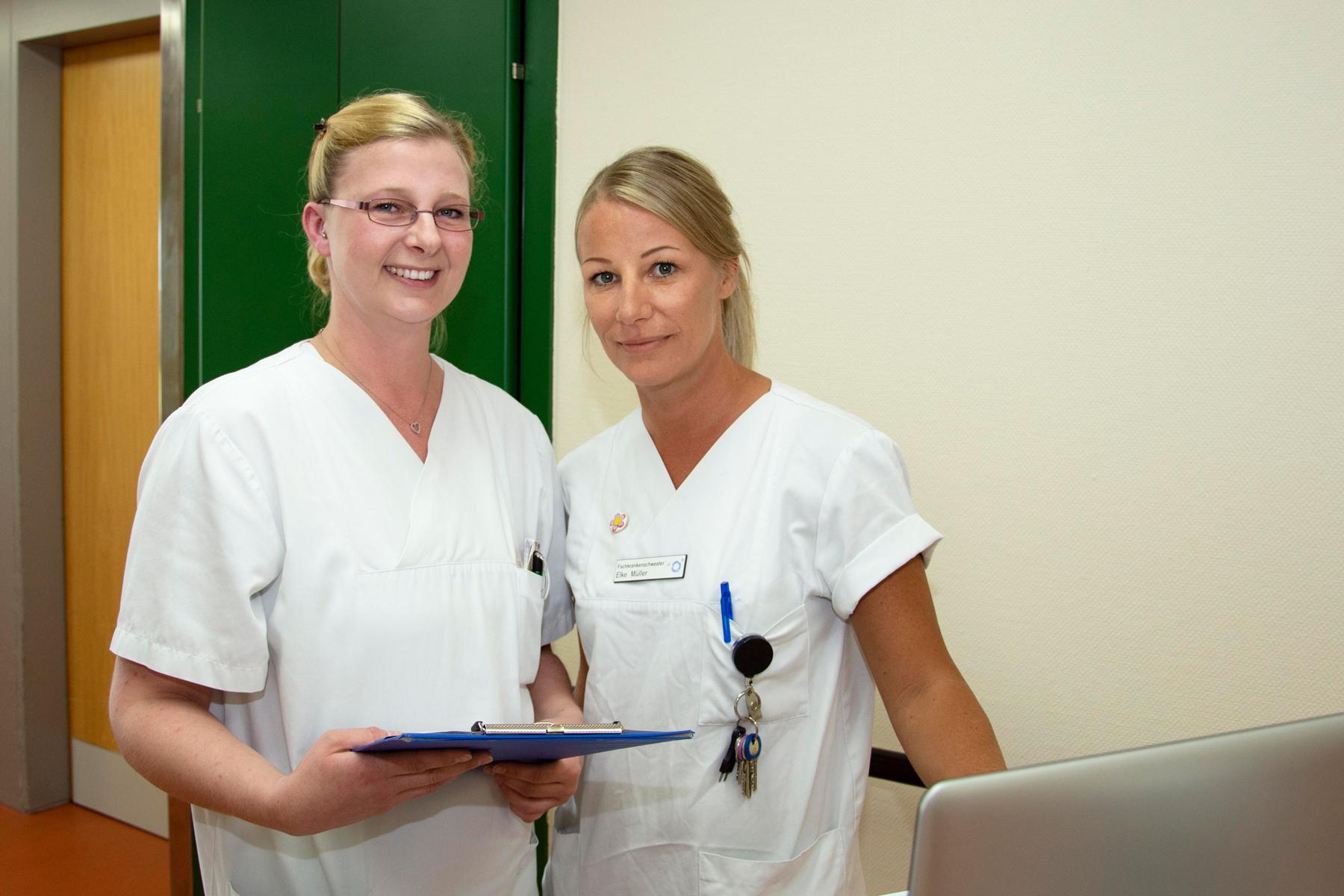 Verena Habermeier und Elke Müller, zwei Krankenschwestern im Klinikum Ingolstadt auf Station