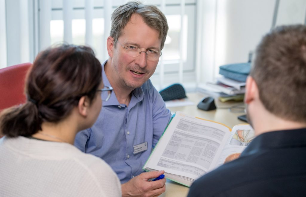 Dr. Bahr im Gespräch mit Eltern