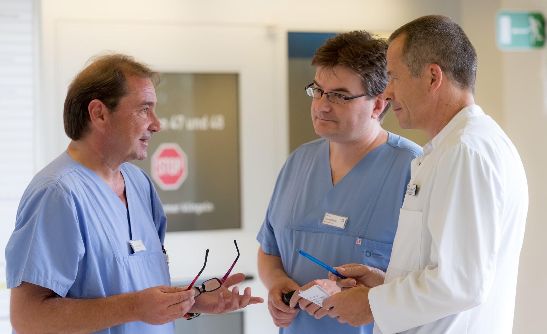 Dr. Dabitz im Gespräch mit Thomas Flierler und Prof. Pfefferkorn