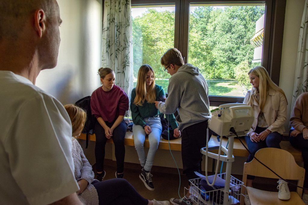 Am Praxistag erlernten die neuen Bufdis und FSJler die Grundlagen der Patientenversorgung. Vertiefte Einblicke bekommen die freiwilligen Helfer auf den Stationen.