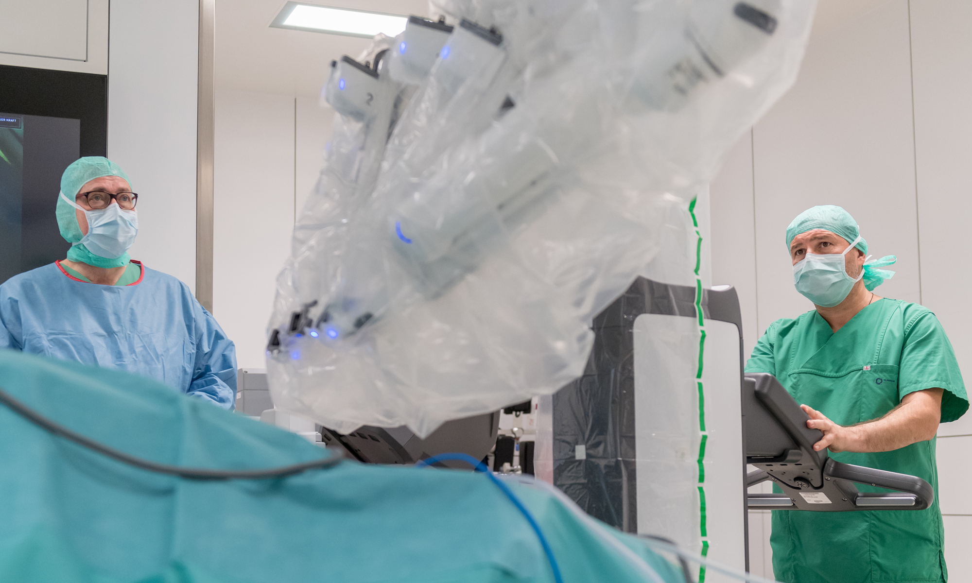 Medizin und Hightech: Florin Mechiu bringt gemeinsam mit Prof. Dr. Andreas Manseck, dem Chefarzt der Klinik für Urologie, den OP-Roboter da Vinci in Position.