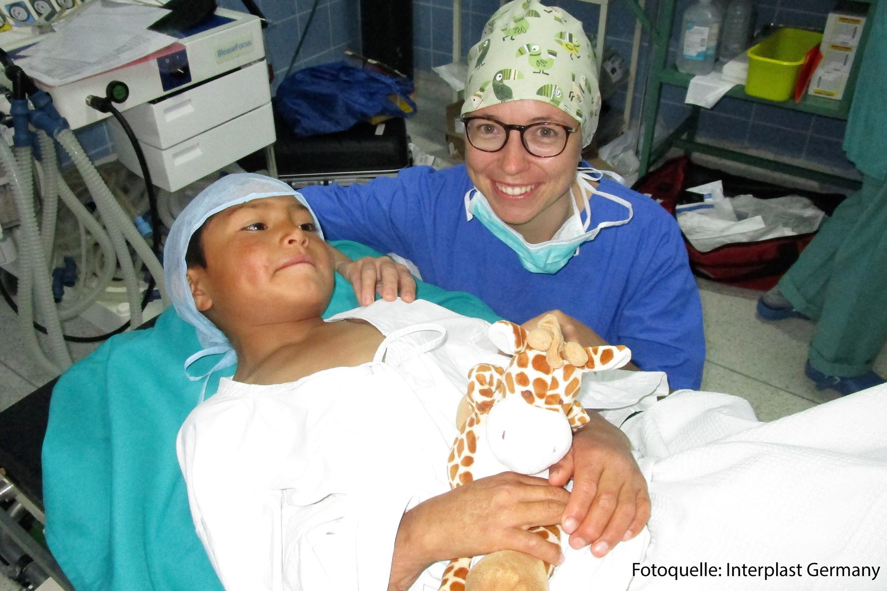 Dr. Mailin Borsche, Assistenzärztin im Klinikum Ingolstadt mit einem ihrer kleinen Patienten in Peru