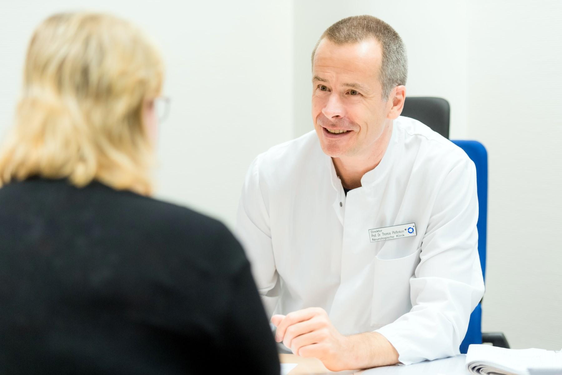 Prof. Pfefferkorn im Gespräch mit einer Patientin