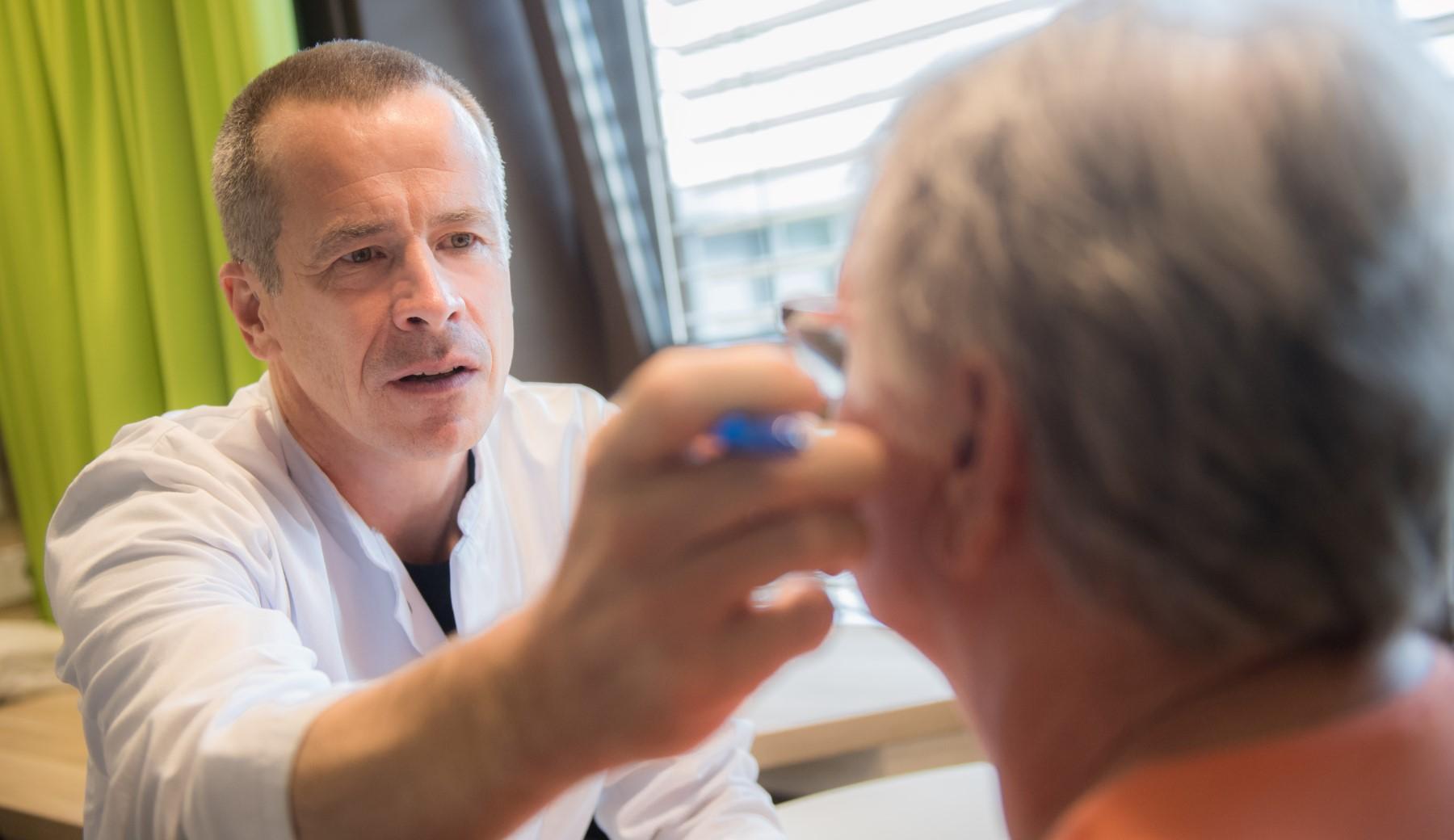 Prof. Pfefferkorn untersucht eine ältere Patientin