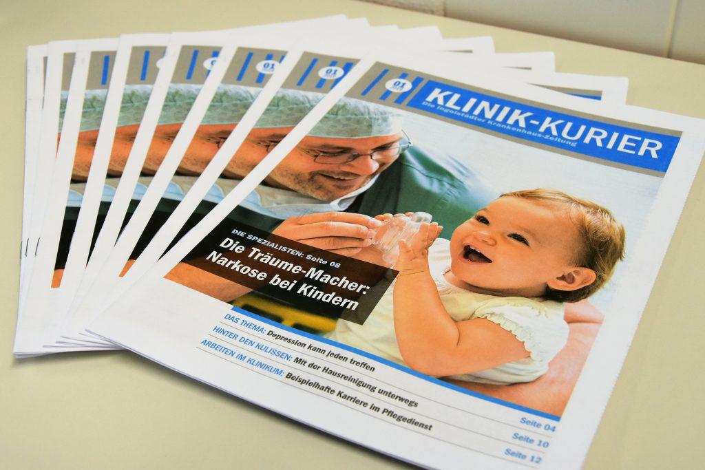 Einige Exemplare des Klinik-Kuriers, dem Patientenmagazin des Klinikums Ingolstadt