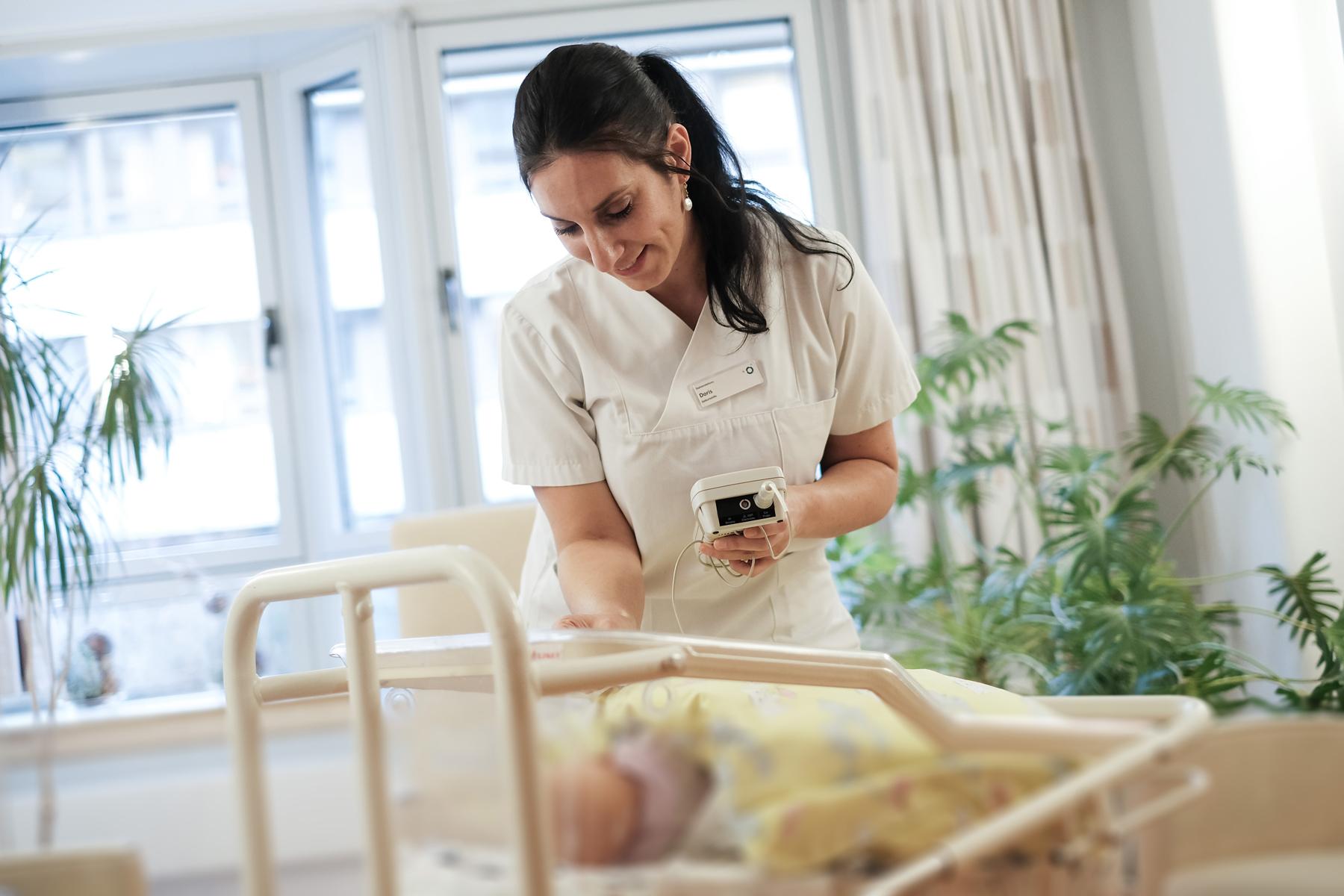 Eine Schwester kümmert sich um ein Baby auf der Mutter Kind Station des Klinikums Ingolstadt
