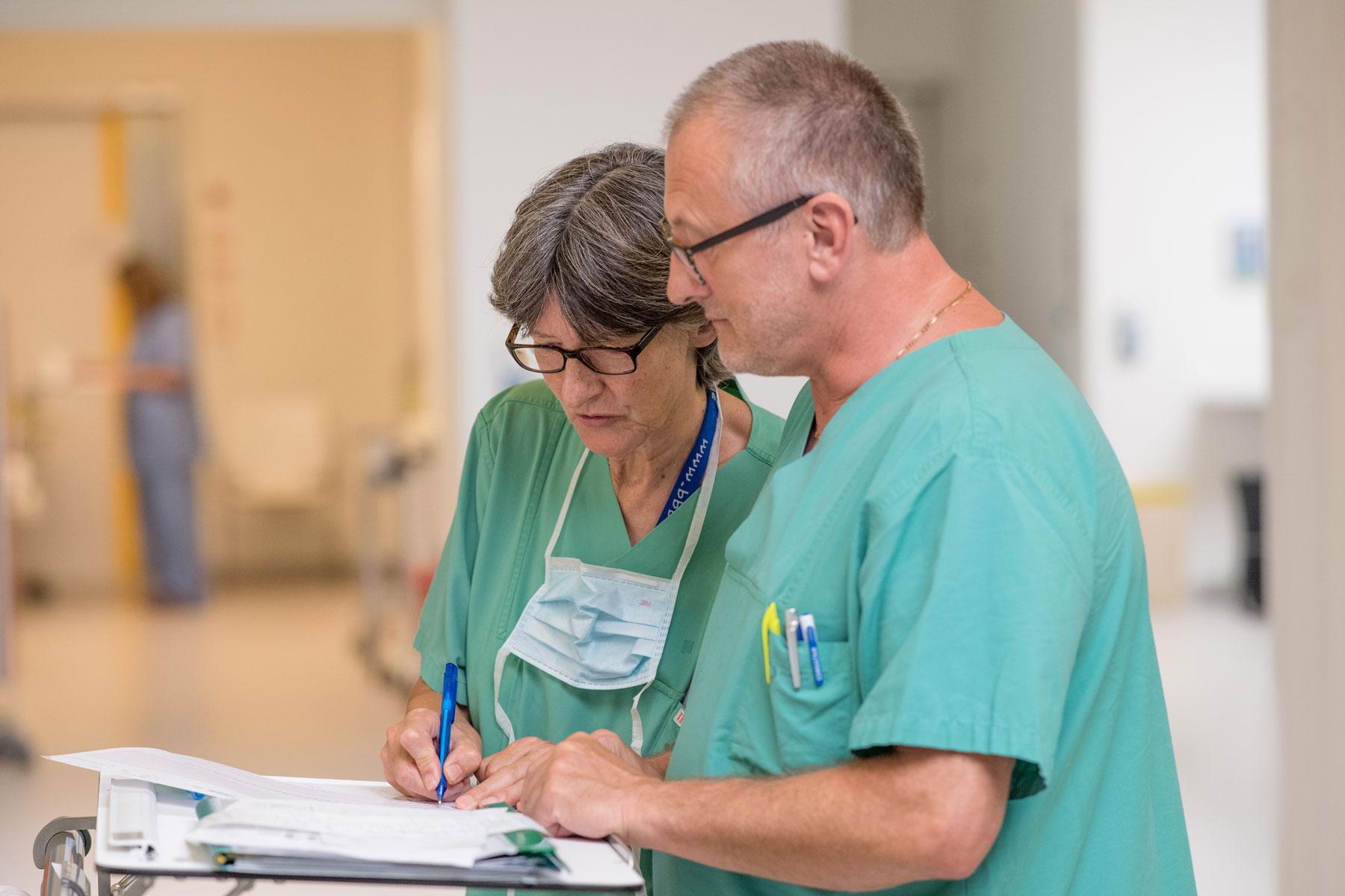 Zwei Pflegekräfte besprechen im OP den weiteren Ablauf