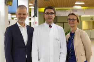 Die Geschäftsführer des Klinikums Ingolstadt, Dr. Andreas Tiete und Monika Röther, begrüßen PD Dr. Lars Henning Schmidt (Mitte) als Chefarzt der Klinik für Pneumologie und Thorakale Onkologie. Die neu gegründete Fachklinik ist auf Erkrankungen der Lunge spezialisiert.