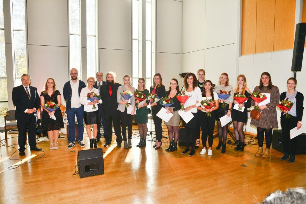 Absolventen des BBZ Ingolstadt bei ihrer Abschlussfeier mit Oberbürgermeister Dr. Christian Lösel und dem Schuldirektor Wolfgang Lamprecht