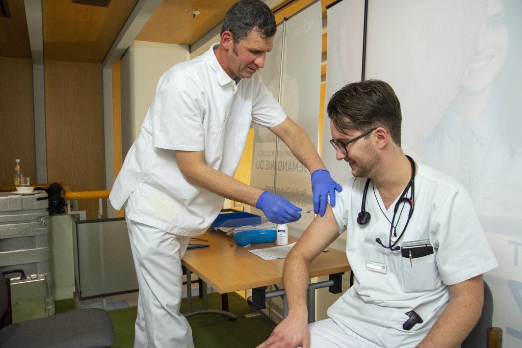 Ein Arzt des Klinikums Ingolstadt lässt sich beim Gesundheitstag impfen.