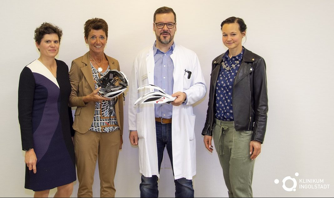 Dr. Robert Morrison zusammen mit 3 Patientinnen und einem zerbrochenen Fahrradhelm