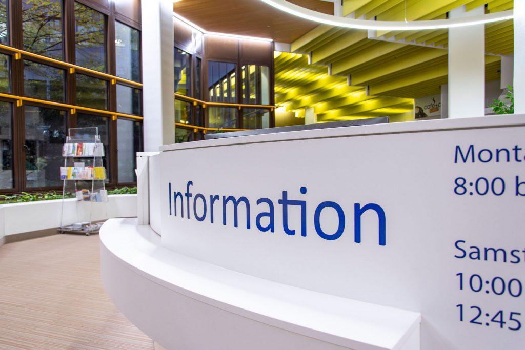 Eine Nahaufnahme der Infotheke im Klinikum Ingolstadt