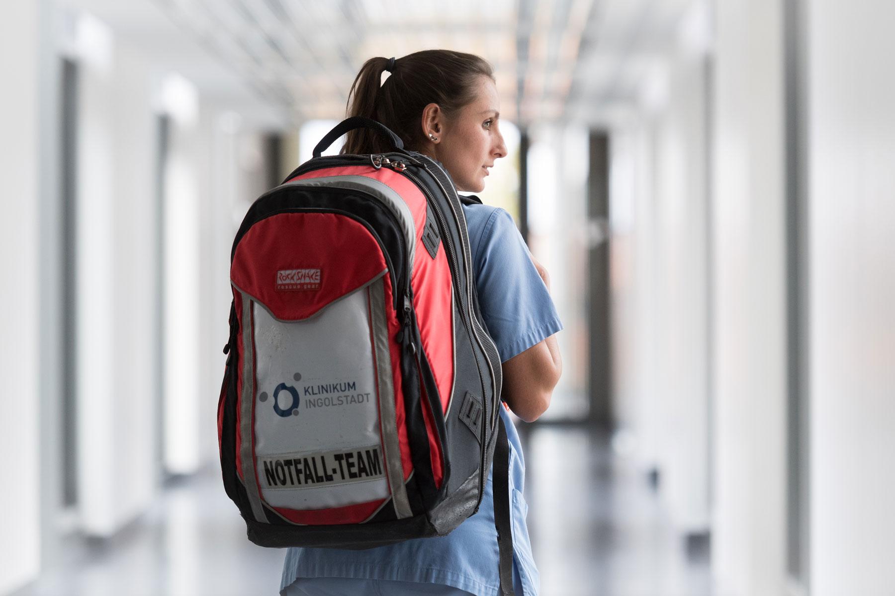 Eine Pflegefachkraft mit dem Notfallrucksack