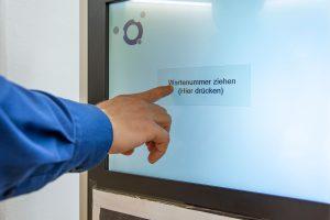 Terminal für Wartemarken im Klinikum Ingolstadt
