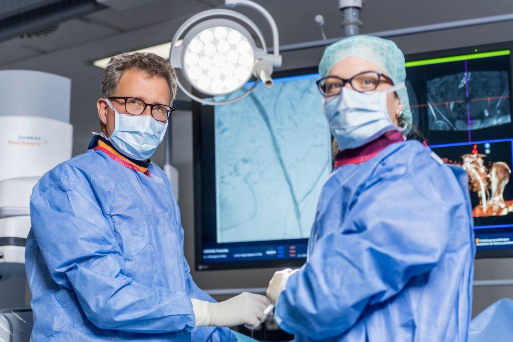 Prof. Dr. Vorwerk und einen MTRA bei einem Eingriff an der Angiographie im Klinikum Ingolstadt.