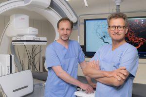 Die Direktoren des Zentrums für Radiologie und Neuroradiologie, Dr. Hendrik Janssen und Prof. Dr. Dierk Vorwerk, vor der Angiographie-Anlage