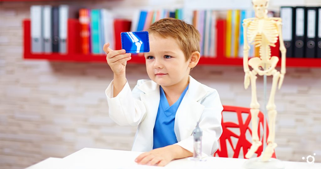 Kleines Kind betrachtet Röntgenbild