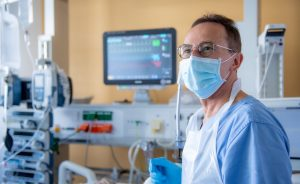 Unsere Experten überwachen und besprechen regelmäßig die Vitalparameter der Patientinnen und Patienten.