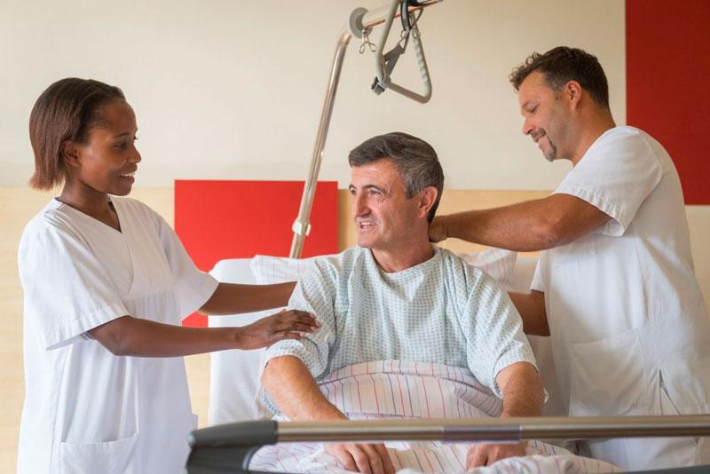 Pflegekräfte behandeln einen Patienten